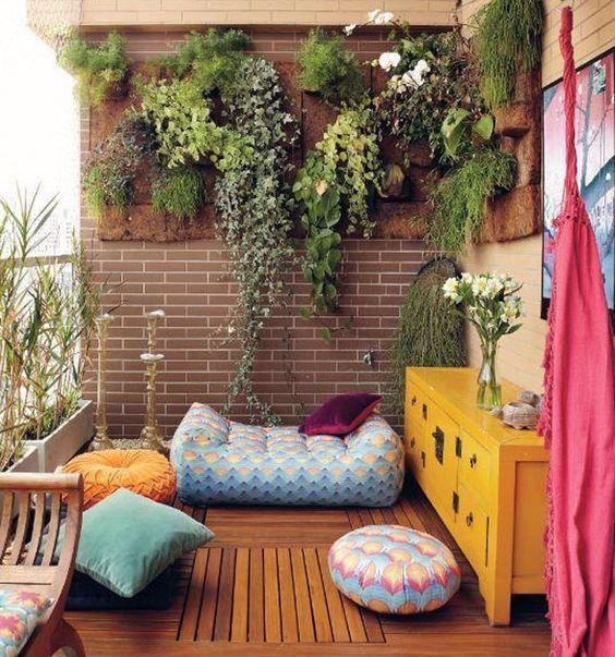 Espaço colorido repleto de plantas e decorações.