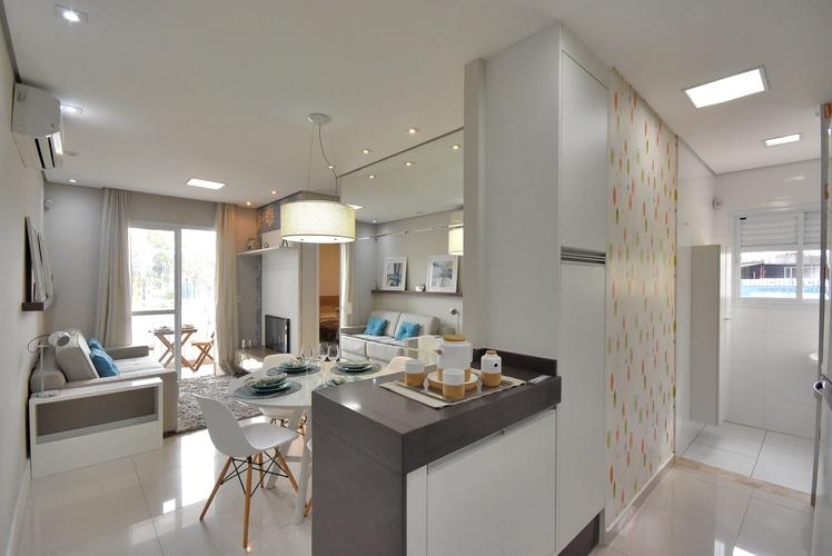 Fotografia da cozinha decorada que se conecta à área de serviço.