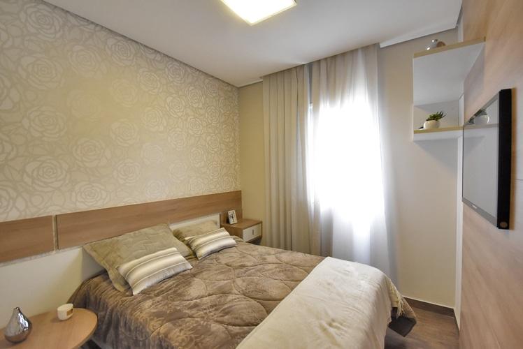 Fotografia do dormitório principal decorado com cores neutras e sofisticadas do Villa Rutini.