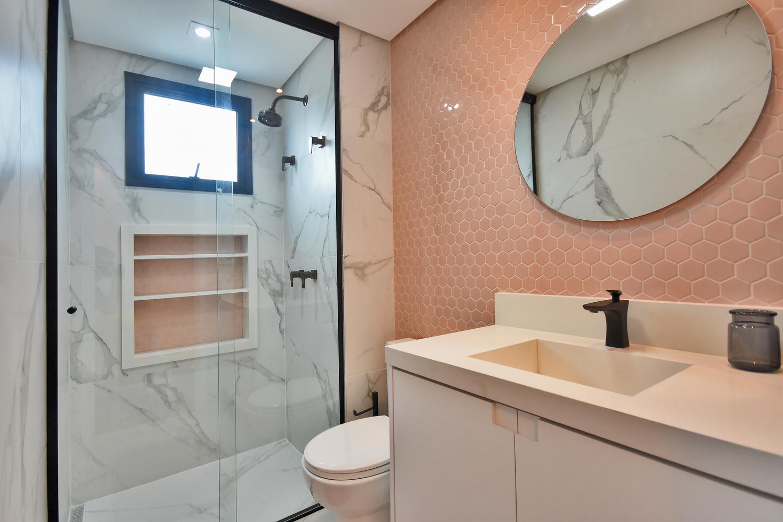 Banheiro de uma das suítes do apartamento decorado do Residencial Piemonte: os diversos revestimentos e os metais utilizados são opções dentro dos pacotes de personalização.